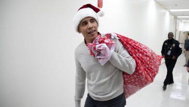 """صورة الرئيس السابق """"باراك أوباما """" يرتدي زى """"بابا نويل"""".. ويوزع الهدايا على الأطفال المرضى"""