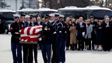 صورة الرئيس الأميركي الأسبق جورج بوش الابن يبكي في وداع والده