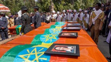 صورة أهالي ضحايا الطائرة الإثيوبية يدفنون ترابًا من موقع الحادث بدلاً من ذويهم