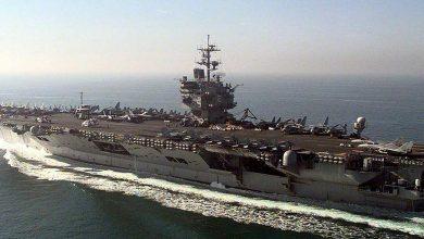 صورة طائرة إيرانية تتحرش بحاملة طائرات أمريكية