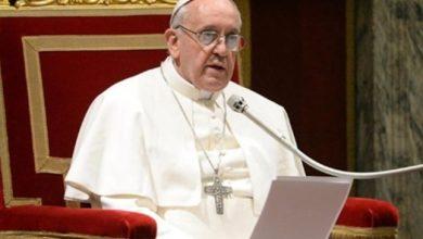 صورة بابا الفاتيكان يهدي جولة بالسيارة البابوية لأطفال مهاجرين