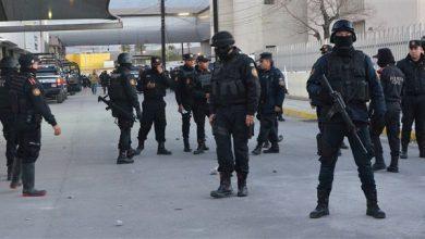 صورة إضراب بعض أفراد الشرطة الفيدرالية المكسيكية احتجاجا على خطة تسريح مقترحة