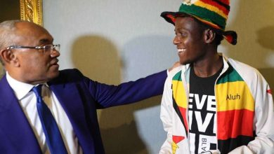 """صورة رئيس """"كاف"""" يكرم مشجع وصل من زيمبابوي إلى القاهرة سيرًا على الأقدام"""