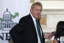 صورة صحيفة تكشف سبب استقالة سفير بريطانيا لدى واشنطن