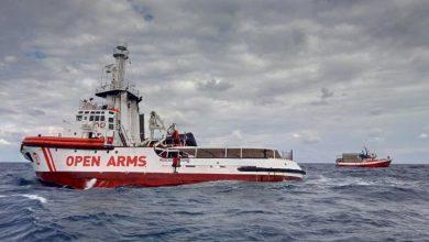 صورة المهاجرون يغادرون سفينة الإنقاذ «أوبن آرمز»