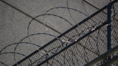 صورة رش مهاجرون محتجزون ومضربون عن الطعام في ولاية أمريكية برذاذ الفلفل