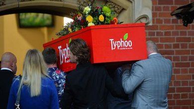 صورة جنازة في تابوت على شكل صندوق شاي لامرأة كانت تتناول 40 كوبًا في اليوم