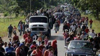 صورة مهاجرون يحتشدون على حدود المكسيك استعدادًا للعبور إلى أمريكا
