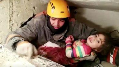 صورة لحظة إنقاذ طفلة تركية من أنقاض الزلزال بعد 28 ساعة (شاهد)