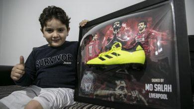 صورة طفل سوري يتلقى هدية خاصة من النجم محمد صلاح (صور)