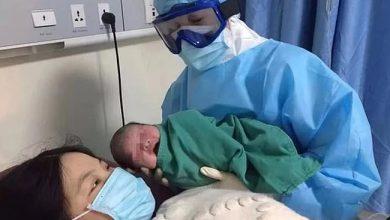"""أصغر مصاب في العالم.. """"كورونا"""" يصيب طفلًا بعد ساعات من ولادته"""