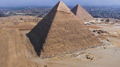 صورة شاب مصري ينتحر من أعلى هرم خفرع