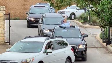 صورة فيديو مؤثر..معلمون يفاجئون تلاميذهم المعزولين بعرض سيارات
