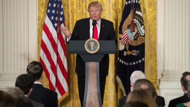 صورة ترامب يقرر تعليق الهجرة إلى أمريكا مؤقتًا ويستقبل حاكم نيويورك غدًا