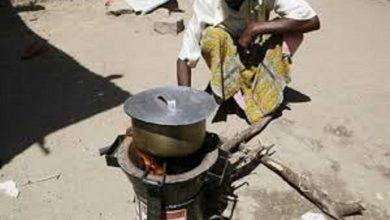 أفقدها كورونا عملها فطبخت الأحجار لأطفالها الجائعين