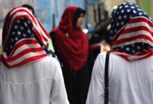 صورة غضب واسع بعد إجبار شرطة ميامي متظاهرة مسلمة على خلع الحجاب
