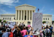 صورة قرارات هامة للمحكمة العليا حول تقييد الإجهاض وتمويل مكافحة الإيدز