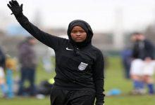 صورة أول مسلمة محجبة تقوم بتحكيم مباريات كرة القدم في بريطانيا