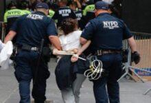 صورة اعتقال امرأة يشتبه في تورطها بإرسال الطرد المسموم إلى ترامب