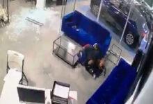 صورة أب شجاع يصد الرصاص بجسده عن أطفاله في نيويورك (فيديو)