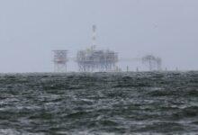 """صورة شركات البترول بخليج المكسيك تخلي منصاتها استعدادًا للعاصفة """"بيتا""""!"""