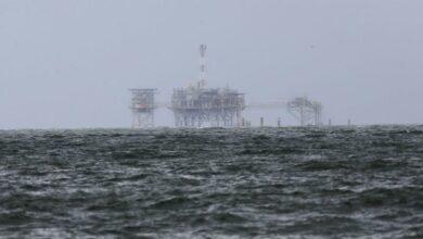 """شركات البترول بخليج المكسيك تخلي منصاتها استعدادًا للعاصفة """"بيتا""""!"""