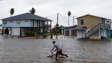 """صورة فيضانات العاصفة الاستوائية """"بيتا"""" تبتلع السيارات في هيوستن"""