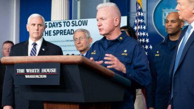 """صورة مسؤول بالبيت الأبيض يحذر من """"إجراءات صارمة"""" للسيطرة على كورونا"""