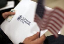 صورة مهاجر يحصل على الجنسية بعد 53 عامًا من الخدمة في الجيش الأمريكي