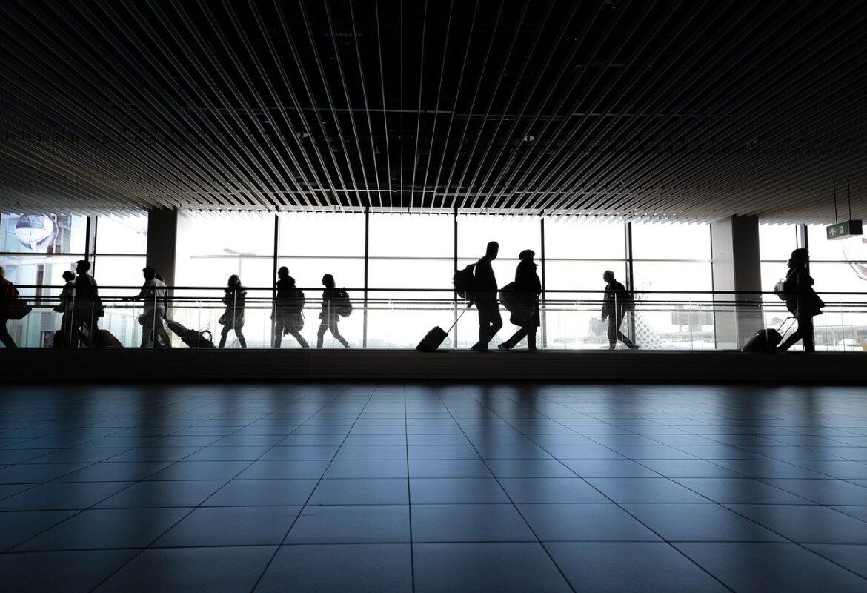 بايدن يعيد حظر السفر من بعض الدول لمواجهة سلالة كورونا الجديدة