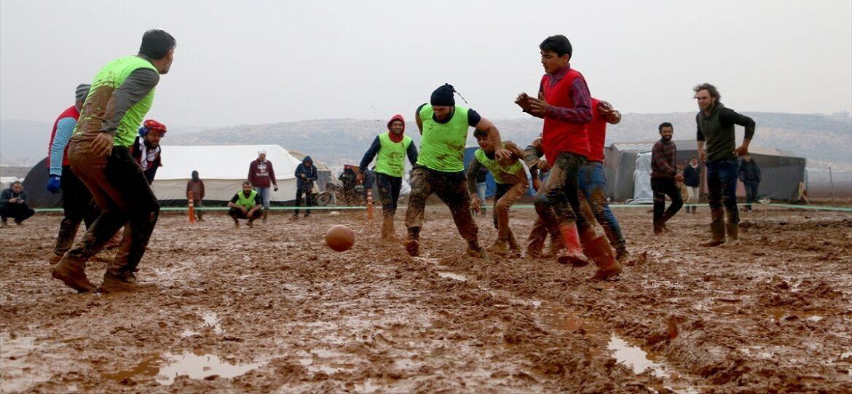 رياضة من نوع آخر.. مباراة على الوحل تجسد معاناة اللاجئين السوريين