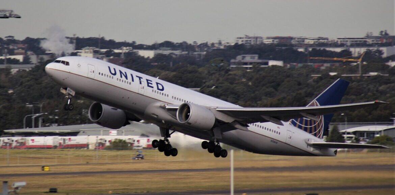 نجاة ركاب طائرة انفجر محركها وتساقطت أجزاء منها في كولورادو